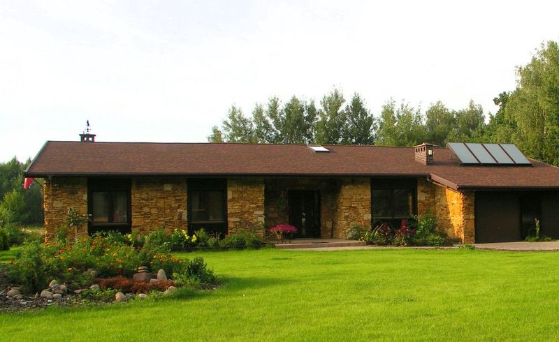 Пример фасада из камня и дерева