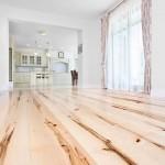 Чем покрыть деревянные полы: лак или краска?