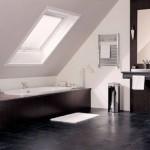 Ванная комната на чердаке с покатой крышей
