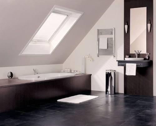 Ванная комната с покатой крышей